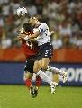图文:[世界杯]德国VS英格兰 怀特与普林茨争顶