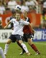 图文:[世界杯]德国VS英格兰 卡内比赛中拼抢