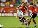 图文:[世界杯]德国VS英格兰 史密斯摔倒