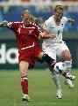 图文:[世界杯]丹麦VS新西兰 双方队员积极拼抢