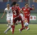 图文:[世界杯]丹麦VS新西兰 尼尔森比赛中拼抢