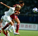 图文:[世界杯]丹麦VS新西兰 双方队员争顶头球