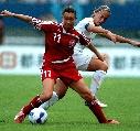 图文:[世界杯]丹麦VS新西兰 丹麦队员护球瞬间
