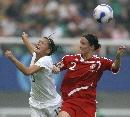 图文:[世界杯]丹麦2-0新西兰 双方赛中积极拼抢