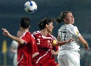 图文:[世界杯]丹麦2-0新西兰 双方队员赛中争顶