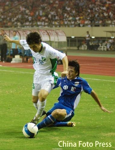 图文:[中超]浙江0-0申花 绿城大将摆脱防守
