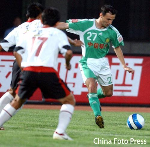 图文:[中超]辽宁VS北京 潘塔在比赛中射门瞬间