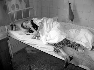 照片:重庆市沙坪坝区第四人民医院,躺在病床上的刘玉书老人。本报记者朱丽亚摄