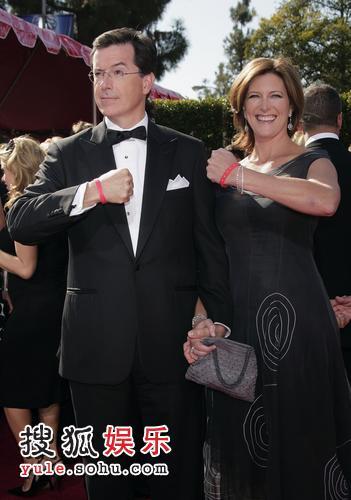图:主持人斯蒂芬-科尔伯特和妻子搞笑登场