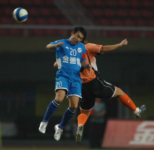 作为球队核心,李振鸿始终佩戴着队长袖标