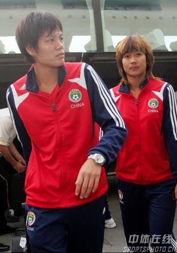 图文:[世界杯]女足抵达天津 李洁走下大巴