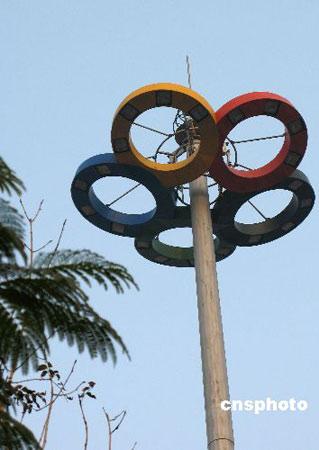 图文:秦皇岛市奥体中心  具有奥运特色的路灯