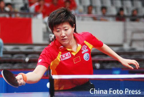 图文:女团中国3-0中国澳门 郭焱台上搓球