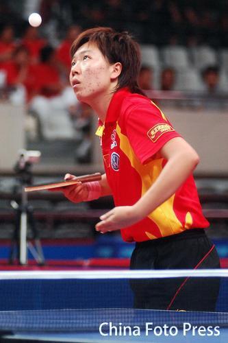 图文:女团中国3-0中国澳门 李晓霞侧身发球