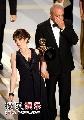 图:《我为喜剧狂》获奖 主演蒂娜-菲难掩激动