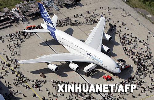"""9月16日,一架空中客车A380巨型客机在德国汉堡机场举行的""""机场日""""展览活动上展出。"""