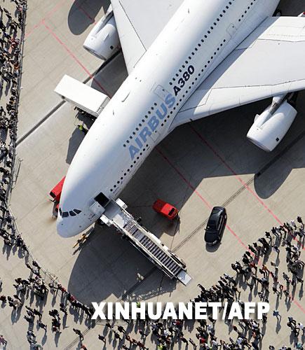 """9月16日,一架空中客车A380巨型客机在德国汉堡机场举行的""""机场日""""展览活动上展出。新华社 法新"""