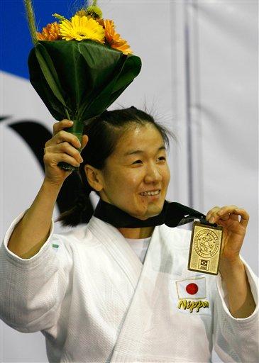 图文:柔道世锦赛第四日 谷亮子向观众展示金牌
