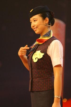 图文:空姐李喆与观众互动面部微笑运动操