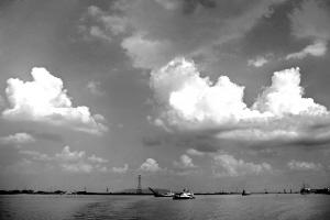 西江碧水倒映着蓝天。何波 摄