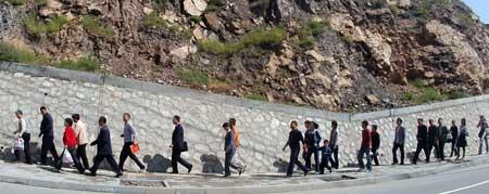 兰州山体滑坡致两条公交线中断。
