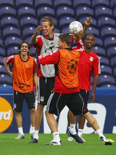 图文:利物浦备战欧冠 克劳奇快乐得像个孩子