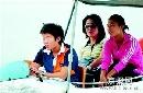 图文:马晓旭等在天津水上公园驾船游玩