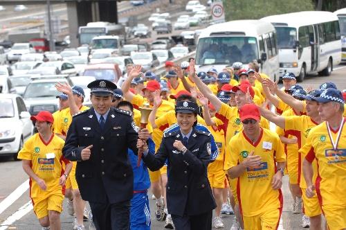 图文:特奥会火炬跑在悉尼举行 中国特奥运动员