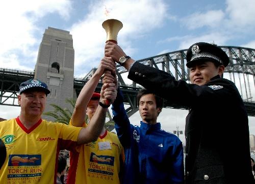 图文:特奥会火炬跑在悉尼举行 中澳队员举火炬