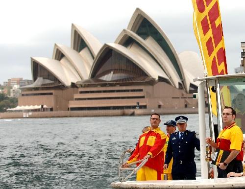 图文:特奥会火炬跑在悉尼举行 执法人员火炬跑