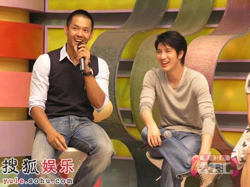 王力宏看到学员演唱自己的新专辑主打歌