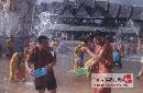 图文:张国政与爱妻幸福生活 泼水节一起尽兴