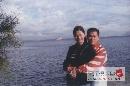 图文:张国政与爱妻幸福生活 相偎相依共伴一生