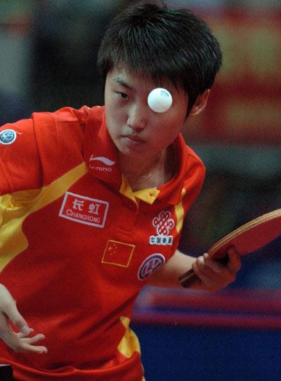 图文:女团半决赛中国3-0中国香港 郭跃发球