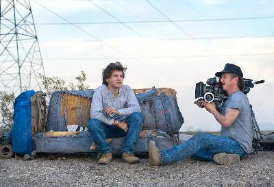 肖恩·潘(右)亲自掌镜,在阿拉斯加的荒漠中记录下男主角埃米尔·赫斯基(左)的表演 IC资料