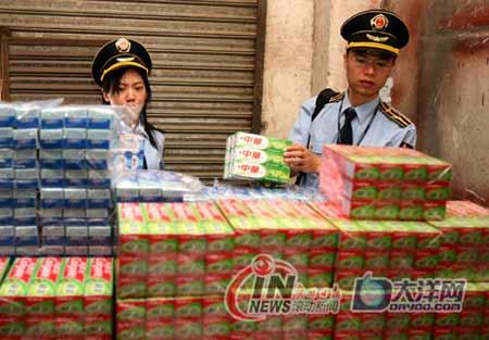 质监局的执法人员已将现场的成品3156支、牙膏空管3000多支、牙膏包装盒3500个、包装箱360个及灌装机1台封查。 广州日报记者 顾展旭/摄