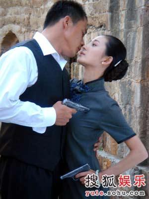 徐筠饰演的白雪与丁海峰饰演的秦风把枪口对准彼此的胸膛