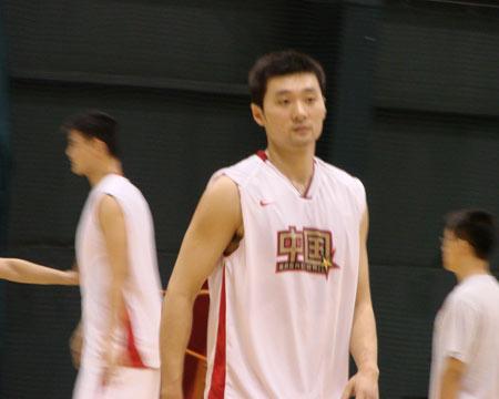图文:尤纳斯督战男篮训练 刘炜在训练中