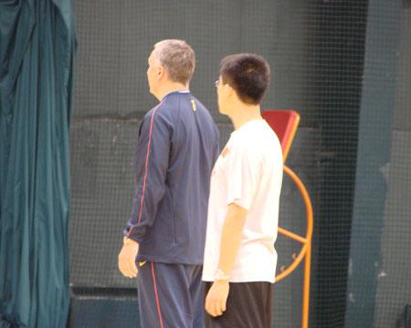 图文:尤纳斯督战男篮训练 尤纳斯观看训练