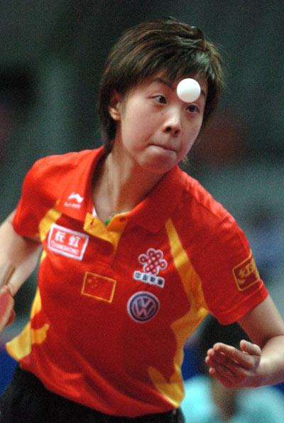 图文:女团决赛中国3-0新加坡 张怡宁侧身发球