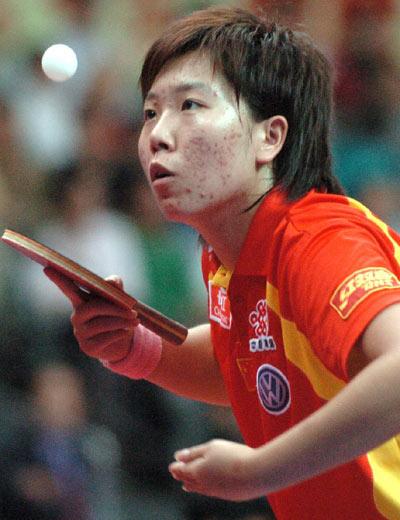 图文:女团决赛中国3-0新加坡 李晓霞发球