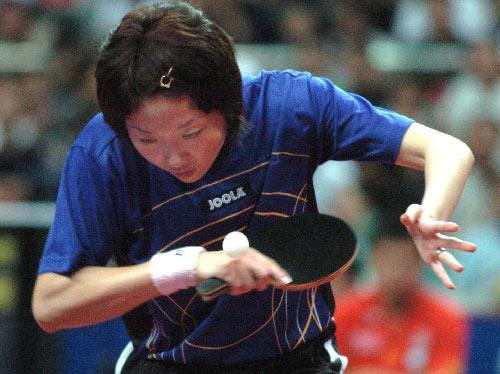 图文:女团决赛中国3-0新加坡 李佳薇发球