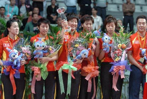 图文:女团决赛中国3-0新加坡 中国队举起奖杯