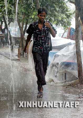 9月19日,孟加拉国首都达卡的一名男子在大雨中行走。新华社/法新