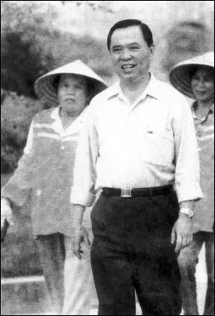 图为徐清学在屯昌县了解绿化情况