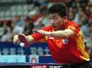 图文:亚乒赛男团胜日本夺冠 马龙在比赛中回球