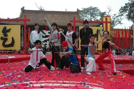 前排左起:阎玺、陈裕绰、冷婧、张婷婷,后排左起:姚晨、吴庞业、郑文森、李铭顺