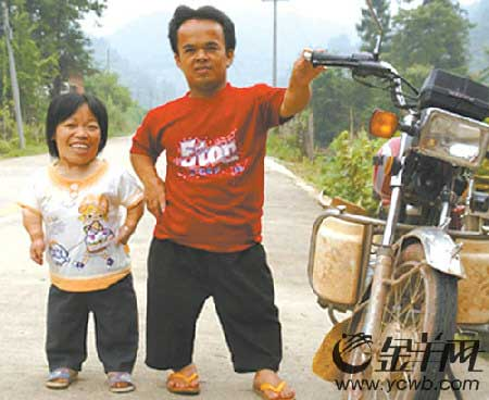 离开家乡时,堂勇与桂兰照了唯一一张合影