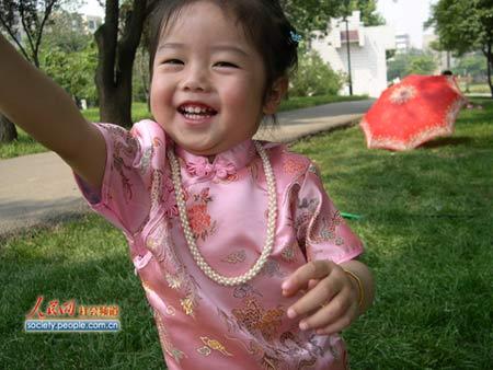 图文:奥组委全球征集儿童笑脸 小美女的笑脸