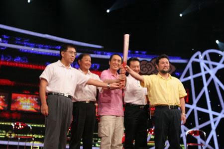 图文:张艺谋率队打造奥运开闭幕 团队共举火炬